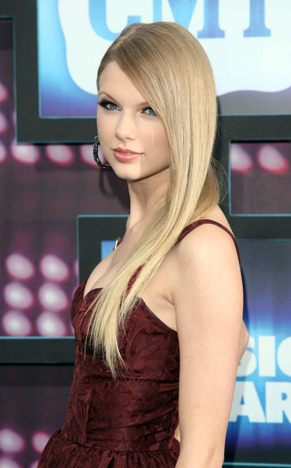 taylor swift looks pretty with straight hair