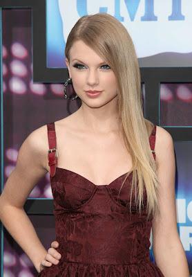 http://3.bp.blogspot.com/_mf496CQaDm0/TBL-qlAAAqI/AAAAAAAAC0I/uR0IweZEGGE/s1600/Taylor+Swift+Looks+Pretty+Damn+Good+With+Straight+Hair.jpg