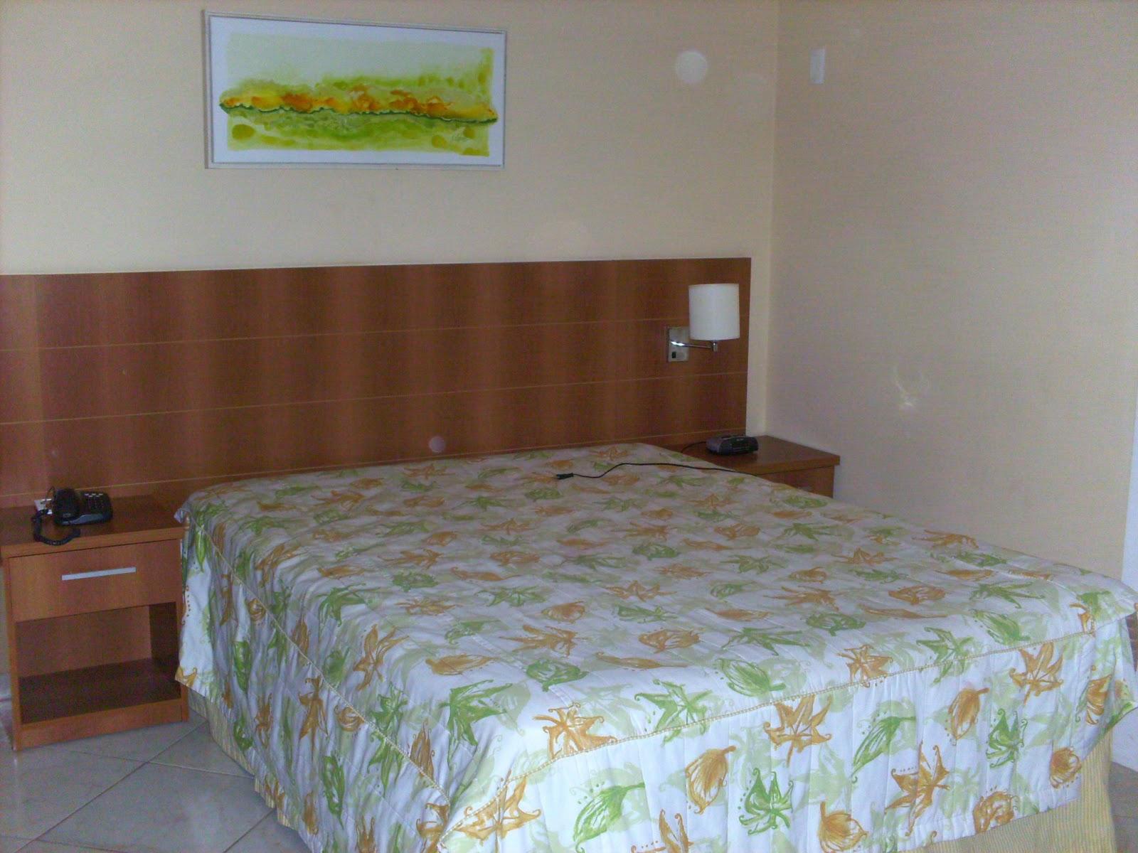 cama de casal banheiro com hidro massagem ante sala com sofá e tv #492F1F 1600x1200 Banheiro Casal Com Hidro