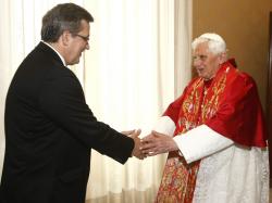 Prezydent Komorowski wita sie z papiezem (zdjecie z anglojezycznego serwisu radia Watykan)