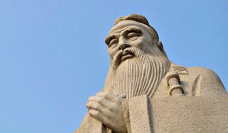 Statua chinskiego medrca Konfucjusza w centrum Chinskiej Kultury w Kaludze