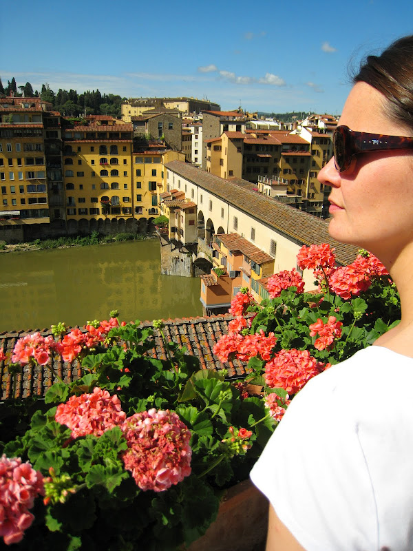 View of the Ponte Vecchio bridge in Florence title=