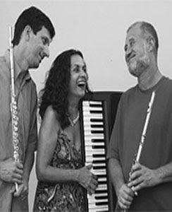 A cantora e atriz Luciana Oliveira com os flautistas do Uruá Trio