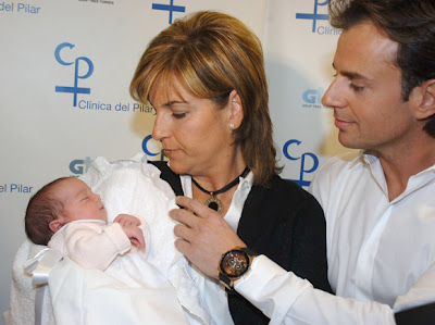 Picture of Sanchez Vicario with baby girl and husband