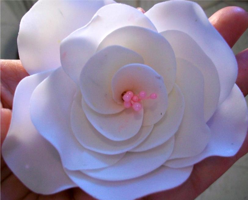 Cómo hacer flores de azúcar para decorar pasteles | eHow