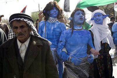 Berunjuk Rasa Dengan Kostum Avatar [ www.Bacaan.ME ]