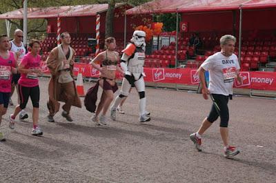 http://3.bp.blogspot.com/_mmBw3uzPnJI/S9mbayYgpSI/AAAAAAABNEU/bfSFTvDqygw/s1600/london_marathon_costumes_34.jpg