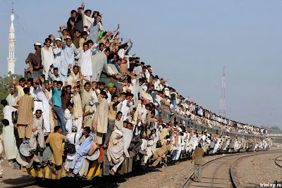 Funny Pictures HERE Pakistan_train_01