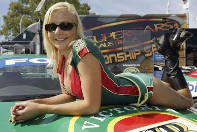 http://3.bp.blogspot.com/_mmBw3uzPnJI/S_vAyEXJKSI/AAAAAAABSP8/OYtCniGQDAU/s1600/Formula1_Pit_Babes_09.jpg