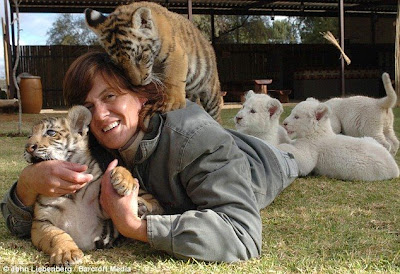 Riana van sharing her bed with eleven big cats
