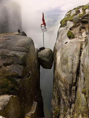 Aksi Keseimbangan Di Atas Tebing 1000 kaki