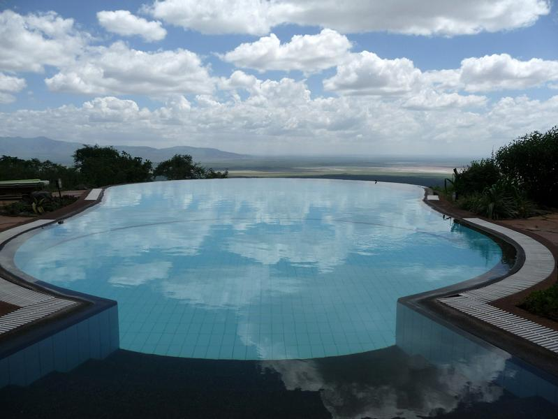 25 stunning infinity pools around the world damn cool for Piscine near me
