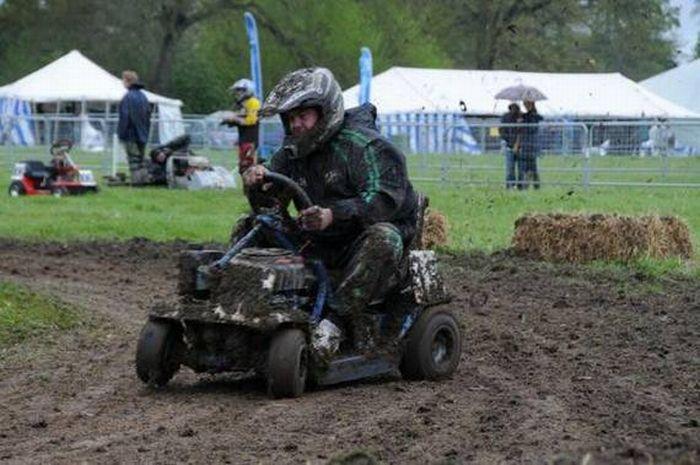http://3.bp.blogspot.com/_mmBw3uzPnJI/TRBgKrqe5yI/AAAAAAAB1Vw/9WNv01Jipio/s1600/lawnmower_racing_06.jpg