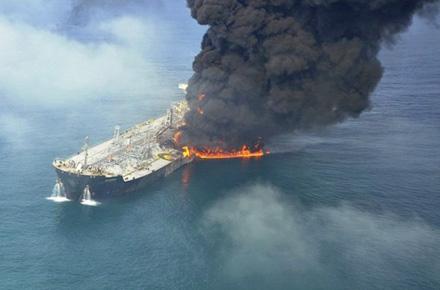 Quand la mer et la terre broient du noir  Oil+tanker+Independenta