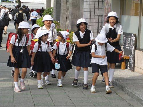 นักเรียนญี่ปุ่นเดินกลับบ้าน