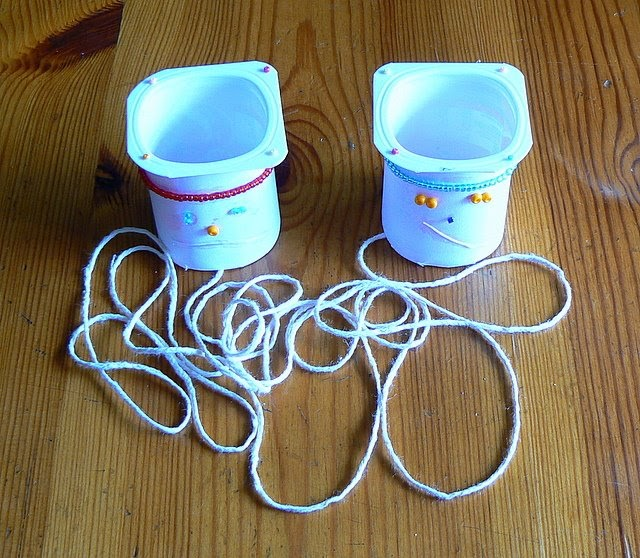 Manualidades amanda tel fonos con vasos de yogurt for Manualidades con palillos de dientes