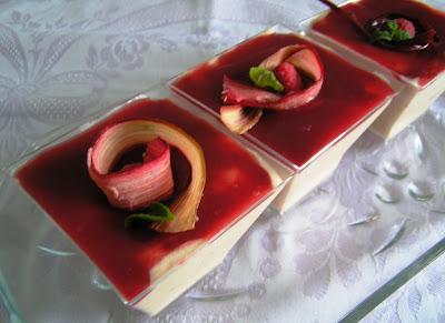 Articole culinare : MOUSSE DE  RUBARBĂ CU JELEU DE ZMEURA