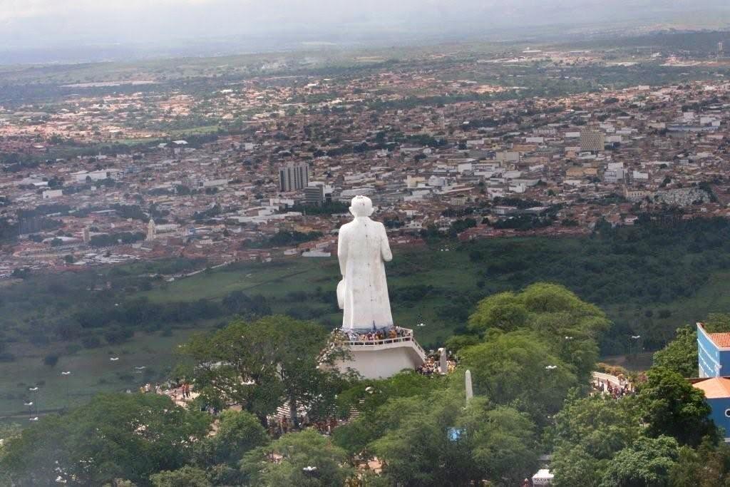 Resultado de imagem para fotos da estatua de padre cicera com visão para juazeiro