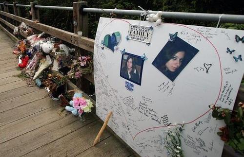 Un memorial a la chica que sufrió por estos imbéciles.