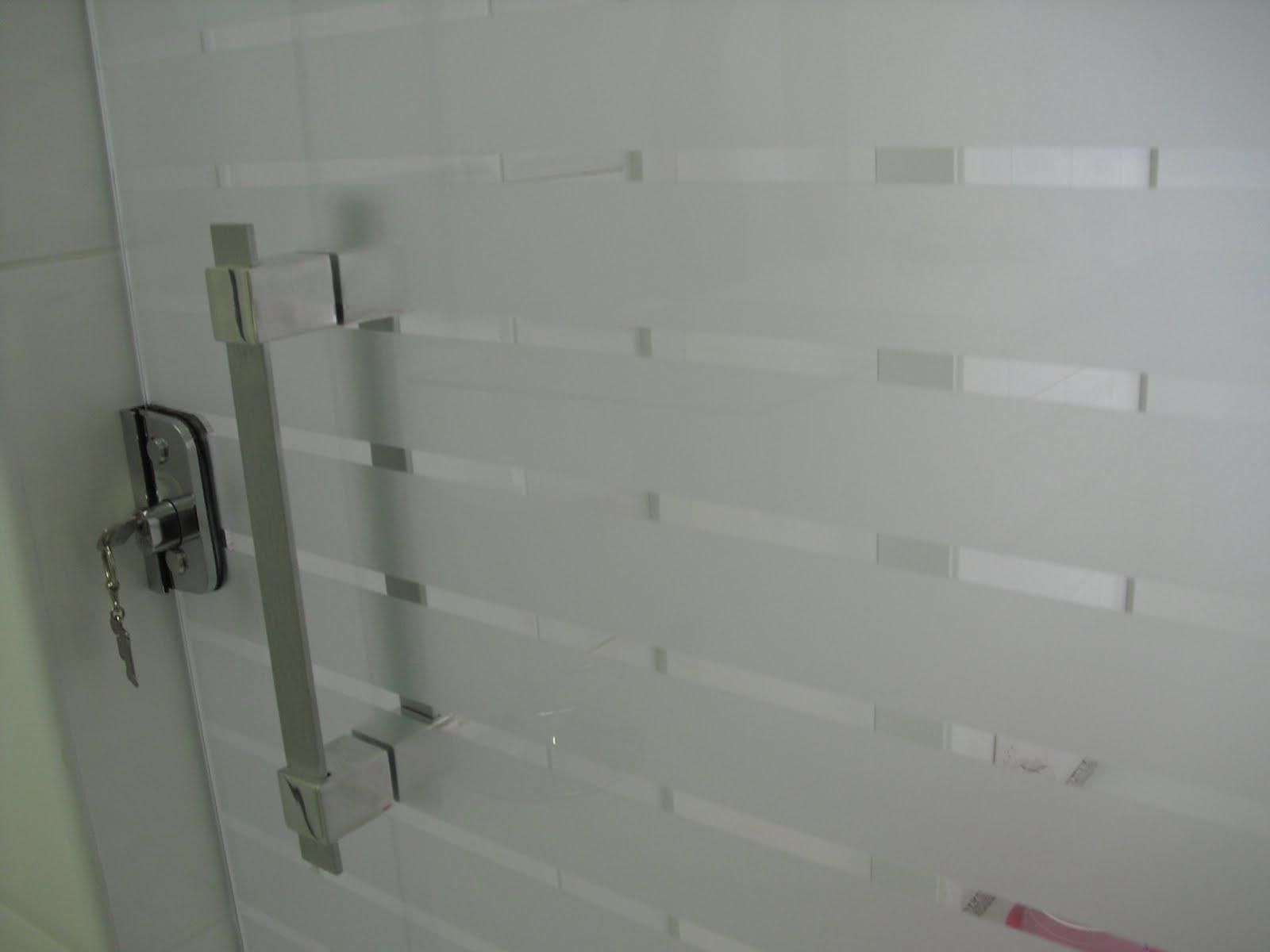 Essa porta de vidro lá da DVT Blindex faz a divisão entre a área  #6B444B 1600x1200 Adesivo Blindex Banheiro
