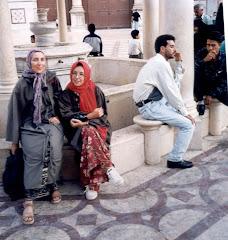 Cuando los occidentales visitamos paises islámicos asumimos con respeto sus costumbres