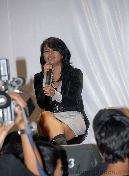 Foto Aksi Panggung Tantri Kotak (Kelihatan Celana Dalamnya CD)