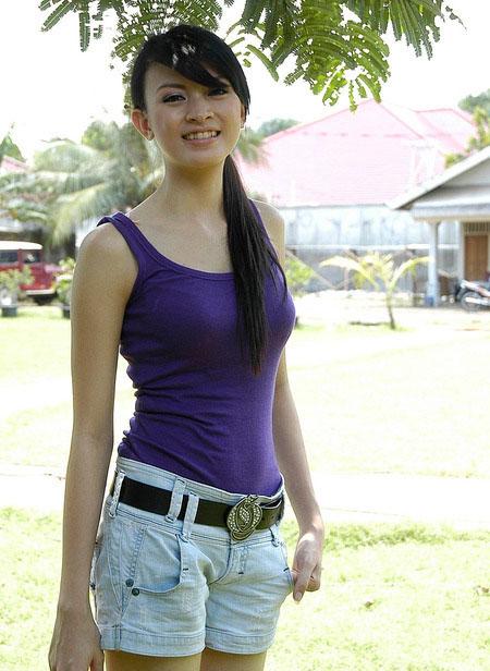 Foto Donita dengan Tank Top Biru