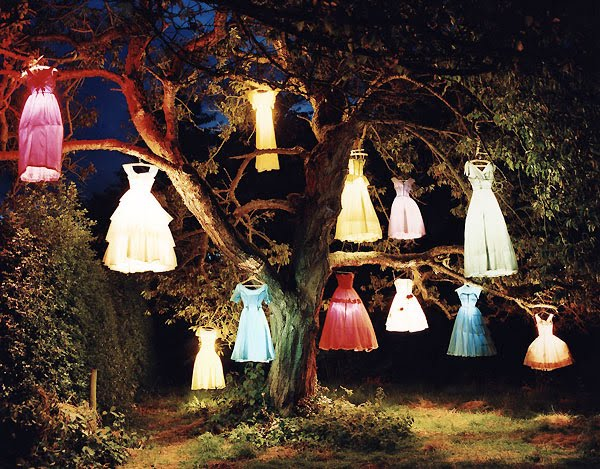 http://3.bp.blogspot.com/_n5cjzrGB6Dk/THW298DU-FI/AAAAAAAAPxU/q0eyvyG5W18/s1600/tim-walker-dresses-night-lights2.jpg