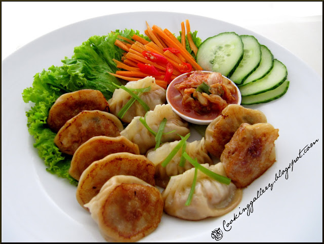 Pan-fry your kimchi mandu and serve with kimchi and salad.