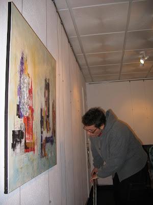 Uma espreitadela à montagem da exposição de Abílio Marcos...