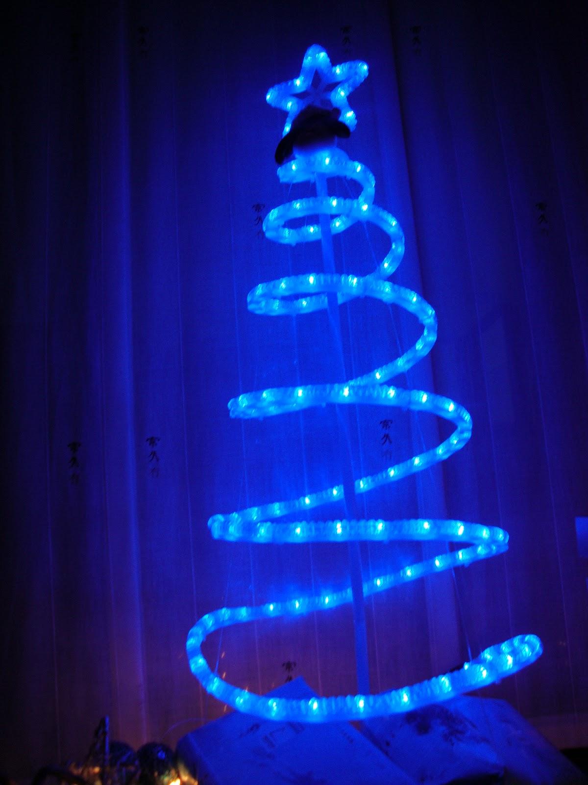 Plantamer rboles de navidad curiosos - Arbol de navidad hecho de luces ...