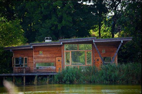 Casa ecológica junto a un río