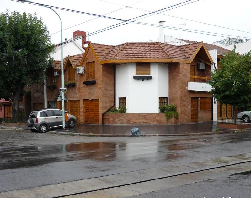 Arquitectura de casas fachada en esquina casas adosadas for Fachadas de casas de barrio
