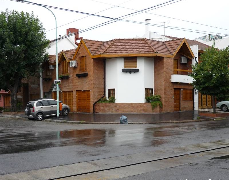 Arquitectura de casas fachada en esquina casas adosadas for Casas contemporaneas en esquina