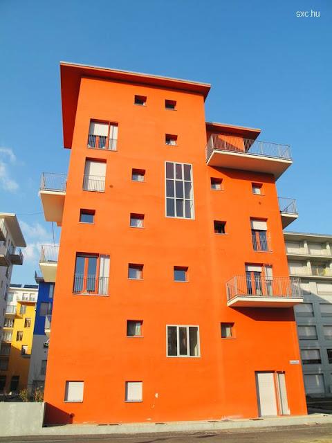 Fachada de una casa alta de diseño moderno colorida