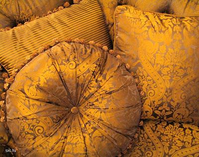 Almohadones dorados