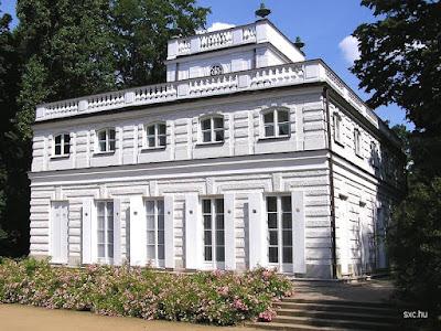 Casa con diseño de palacio y estilo Francés