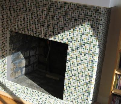 Chimenea decorada con azulejos