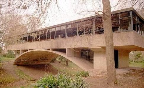 Arquitectura de casas casa moderna con dise o de puente for Casa moderna argentina