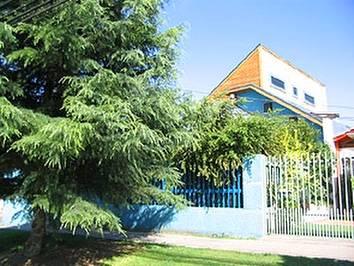 Vista desde la calle de una casa residencial posmoderna en Chile