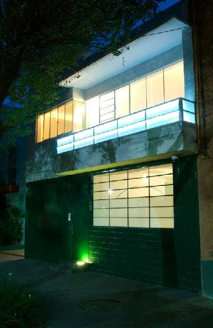 Vista nocturna del frente de la Casa Luis Barragán