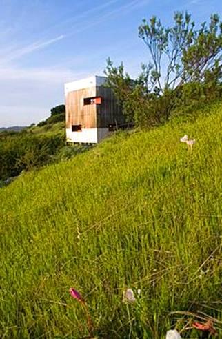 Fardos y policarbonato forman una pequeña cabaña ecológica