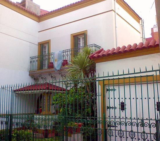 Fachada de casa residencial en Buenos Aires estilo español