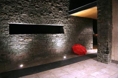 Un pasillo de distribución creado por el par de muros en paralelo