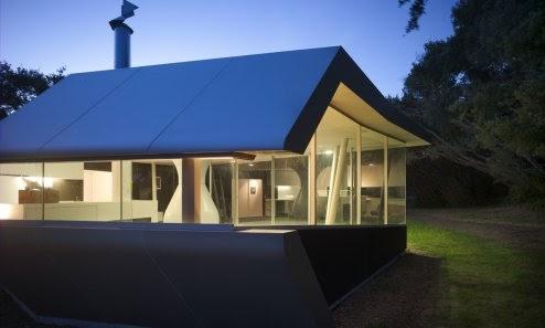 Arquitectura de casas casa con tanque de agua soportando for Casa techo 1 agua
