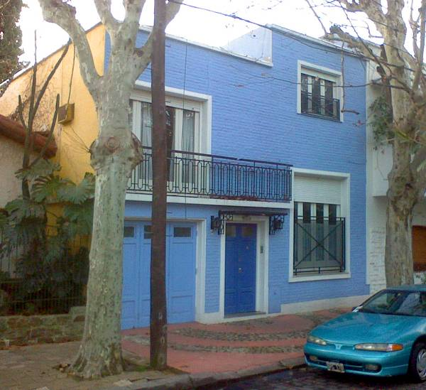Arquitectura de casas fachada de casa urbana entre - Casas de color azul ...