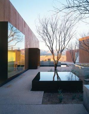 Fuente de agua en el jardín de una residencia contemporánea