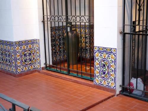 Arquitectura de casas porche de acceso con rejas y azulejos for Exteriores espana