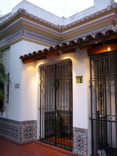 Arquitectura de casas porche y fachada con rejas y azulejos for Casas alargadas