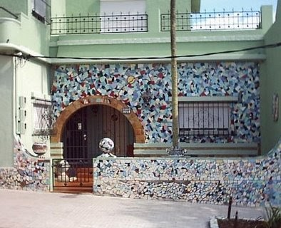 arquitectura de casas fachada con mosaicos de azulejos